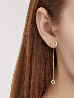 Złote kolczyki z literkami minimalistyczna biżuteria moie