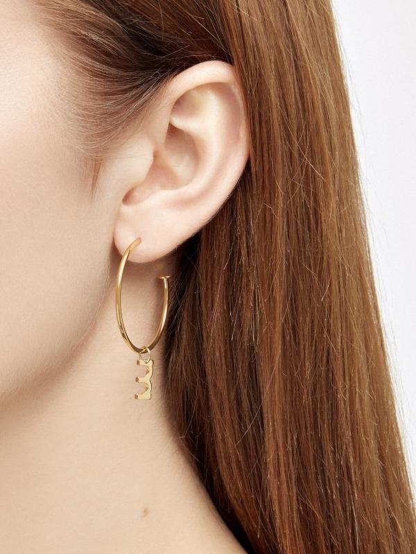 Kolczyki asymetryczne kółka z literką me8 gold złoto minimalistyczna biżuteria moie
